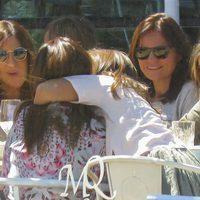 Daniella Bustamanta abraza a su madre Paula Echevarría en una comida con amigas