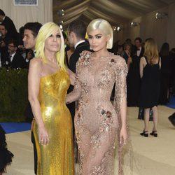 Kylie Jenner y Donatella Versace en la Gala MET 2017