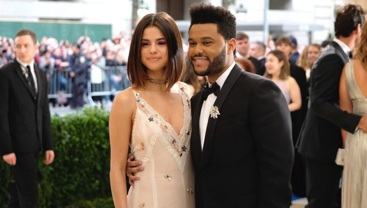 Selena Gomez posa sonriente junto a The Weeknd en la gala del MET 2017