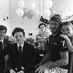 David Beckham y sus hijos celebrando su cumpleaños
