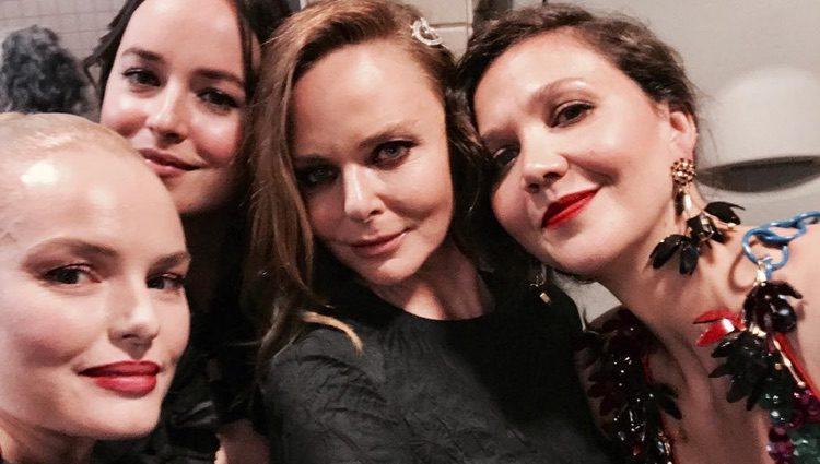 Stella McCartney, Maggie Gyllenhaal, Kate Bosworth y Dakota Johnson el la gala del MET