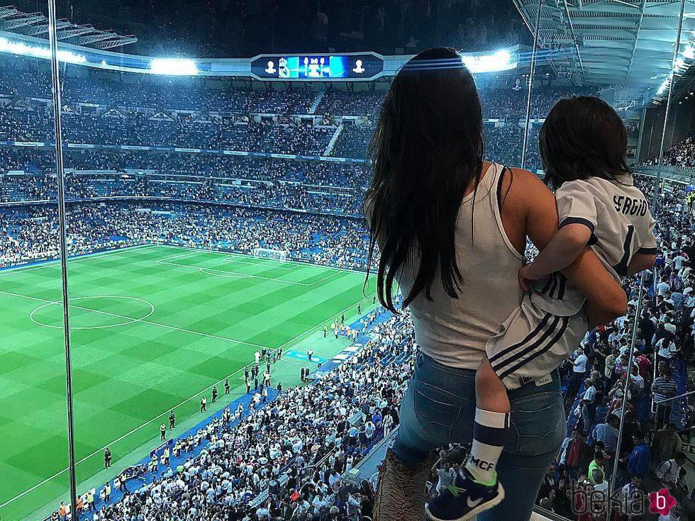 Pilar Rubio lleva a Sergio Ramos Junior a ver a su papá jugar al fútbol