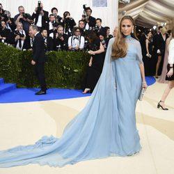 Jennifer Lopez vistió de Valentino en la gala del MET 2017