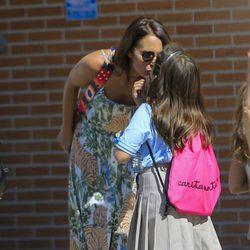 Paula Echevarría besa a su hija Daniella Bustamante antes de dejarla en catequesis
