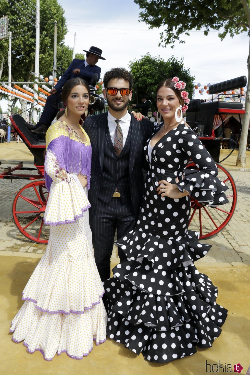 Raquel Bollo con sus hijos Alma y Manuel Cortés en la Feria de Abril 2017
