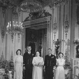 Isabel de Inglaterra y el Duque de Edimburgo en su pedida de mano con los Reyes Jorge e Isabel y la Princesa Margarita