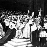 El Duque de Edimburgo se arrodilla ante la Reina Isabel en su coronación
