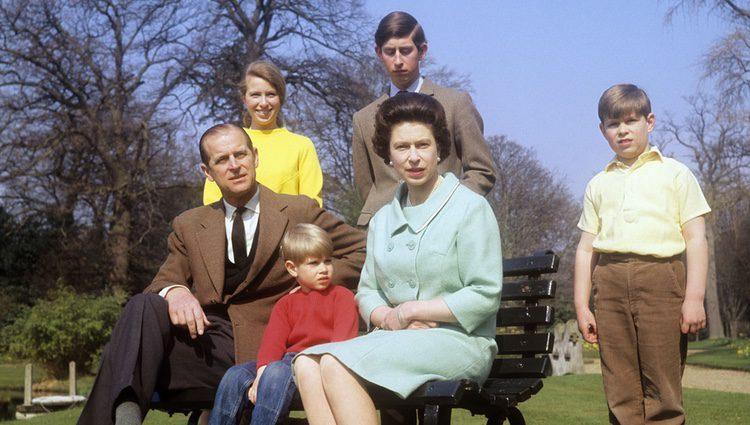 La Reina Isabel y el Duque de Edimburgo con sus cuatro hijos