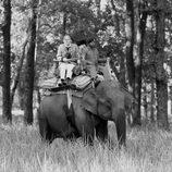 El Duque de Edimburgo montando en elefante en La India