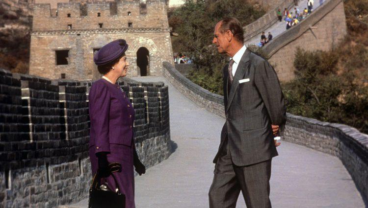 La Reina Isabel y el Duque de Edimburgo en la Gran Muralla China