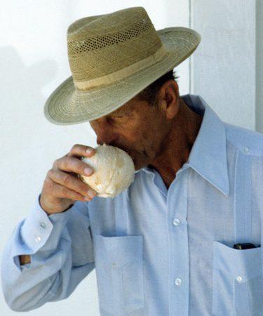 El Duque de Edimburgo bebiendo de un coco