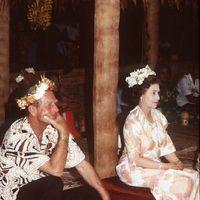La Reina Isabel y el Duque de Edimburgo con adornos florales en Tuvalu