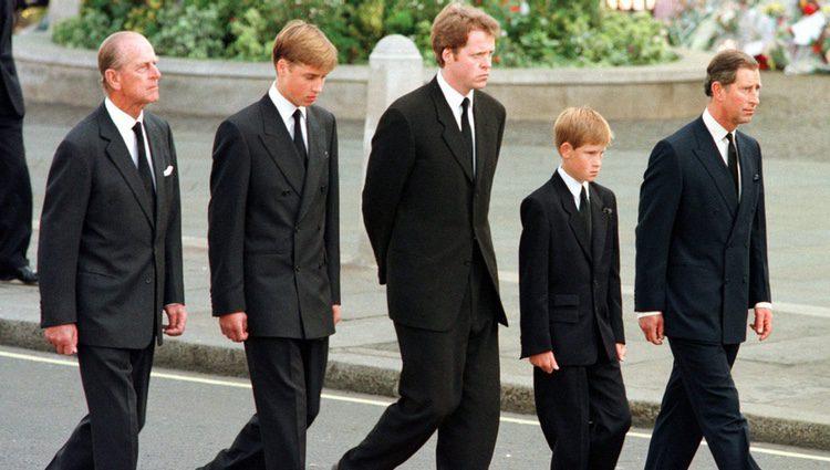 El Duque de Edimburgo, el Príncipe Guillermo, el Conde Spencer, el Príncipe Harry y el Príncipe Carlos en el funeral de Lady Di