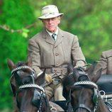 El Duque de Edimburgo llevando un coche de caballos