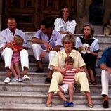 Los Reyes Juan Carlos y Sofía con sus hijos, Felipe, Elena y Cristina, el Príncipe Carlos, Lady Di y sus hijos Guillermo y Harry en Mallorca