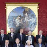 El Duque de Edimburgo posa con la Reina Isabel y los miembros de la Orden del Mérito tras anunciar que se jubila