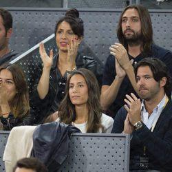 Ana Boyer, Sara Verdasco y Juan carmona aplauden a Verdasco en la Mutua Madrid Open 2017