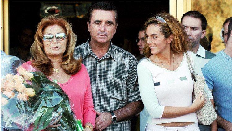 Rocío Jurado saliendo del hospital con José Ortega Cano y Rocío Carrasco