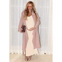 Beyoncé posa agarrándose su abultada barriga