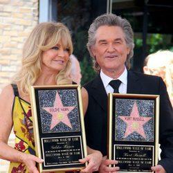 Goldie Hawn y Kurt Russell con sus estrellas en el Paseo de la Fama de Hollywood