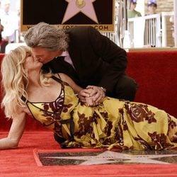 Goldie Hawn y Kurt Rusell se besan en la estrella de la actriz