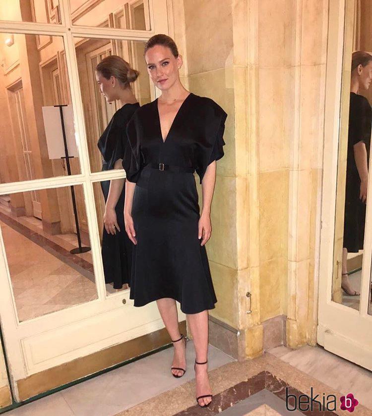 Bar Refaeli muy guapa con un sencillo vestido negro de Victoria Beckham