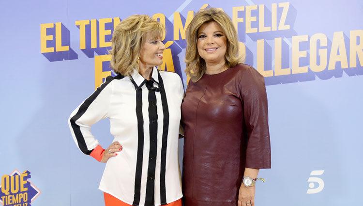Terelu posando junto a su madre en el photocall de su programa