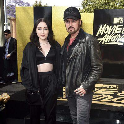 Noah Cyrus y Billy Ray Cyrus en la alfombra roja de los MTV Movie Awards 2017