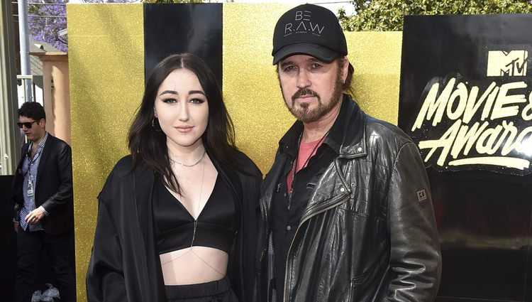 Noah Cyrus y Billy Ray Cyrus en la alfombra roja de los MTV Movie Awards 2017