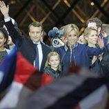 Emmanuel Macron celebrando su victoria con su mujer Brigitte Macron