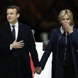 Emmanuel Macron, victorioso tras conseguir la presidencia de Francia, acompañado de su mujer