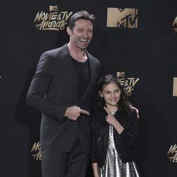 Hugh Jackman y Dafne Keen en la alfombra roja de los MTV Movie Awards 2017