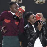 Ashton Sanders y Jharrel Jerome con el premio a Mejor Beso de los MTV Movie Awards 2017 2017