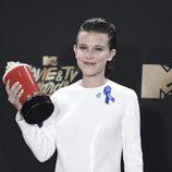 Millie Bobby Brown con el premio a Mejor Actriz de TV en los MTV Movie Awards 2017