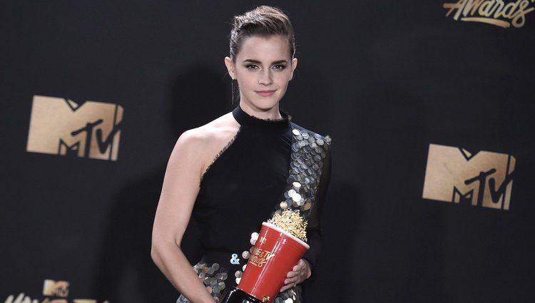 Emma Watson con el premio a Mejor Actor de Película en los MTV Movie Awards 2017