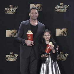 Hugh Jackman y Dafne Keen con el premio a Mejor Dúo en los MTV Movie Awards 2017