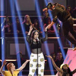 Noah Cyrus interpretando 'Stay Together' en los MTV Movie Awards 2017