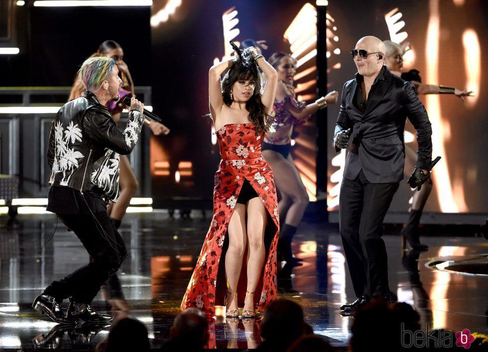 J Balvin, Camila Cabello y Pitbull actuando en los MTV Movie Awards 2017