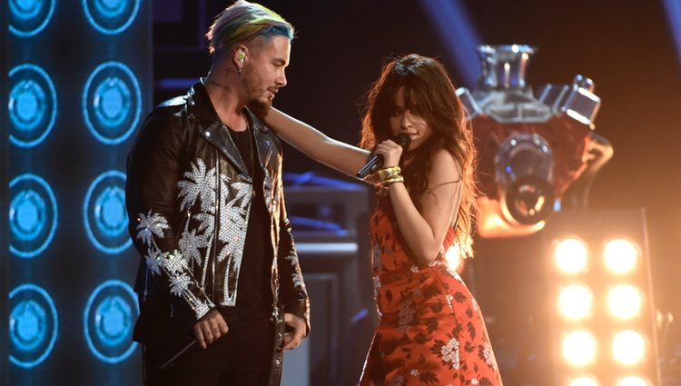 Camila Cabello y J Balvin interpretando 'Hey Ma' en los MTV Movie Awards 2017