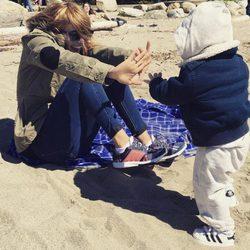Luisana Lopilato disfrutando de la playa con su hijo Elías