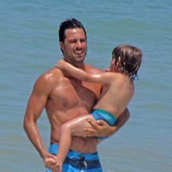Hugo Silva sosteniendo en brazos a su hijo