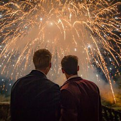 Tom Daley y Dustin Lance Black disfrutando de los fuegos artificiales en su boda