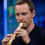 Michael Fassbender tocando la flauta en 'El Hormiguero'