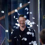 Michael Fassbender lleno de confeti en 'El Hormiguero'