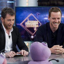 Michael Fassbender se divierte con Pablo Motos en 'El Hormiguero'