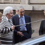 La Infanta Pilar juega con un bastón en la entrega a la Infanta Margarita de la Medalla de Oro de la Real Academia Nacional de Medicina