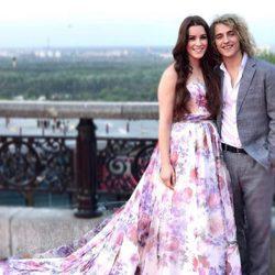 Lucie Jones con Manel Navarro en la ceremonia de inauguración de Eurovisión 2017