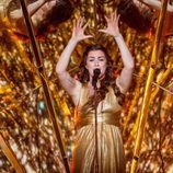 Lucie Jones ensayando 'Never Give Up On You'