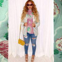 Beyoncé posa embarazada con gafas de sol