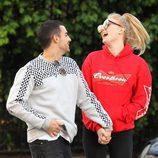 Joe Jonas y Sophie Turner se ríen cogidos de la mano